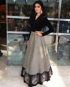 Moda vestidos elegantes fiesta ideas for 2019 Lehenga Designs, Indian Wedding Outfits, Indian Outfits, Wedding Outfits For Women, Indian Attire, Indian Wear, Indian Designer Outfits, Designer Dresses, Designer Sarees