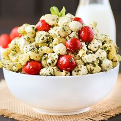 Light, refreshing and fresh caprese pasta salad made with fresh mozzarella, tomatoes, basil, olive oil and spices and tossed together.