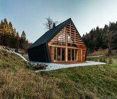 Nezvyčajný drevodom opláštený tmavým kovom s vertikálnym prierezom v tvare päťuholníka vyšiel z dielne slovinského architektonického štúdia PIKAPLUS. V roku 2016 bol ocenený druhým miestom za najlepšiu drevenú konštrukciu v Slovinsku.