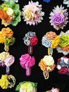 Flowery brooches ...   Lihat kebunku ... Penuh dengan bunga ... #FashionJewelry #SterlingSilver #Rings #Bracelets #Earrings #SilverCharms #Brooches #NoseRings #BarBellsEarrings #Engagement Rings #Wedding Rings #Promise Rings #wedding 2016 #Wedding Rings
