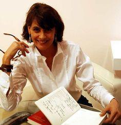 Inès de la Fressange confie ses astuces et adresses préférées dans « La Parisienne ». Un livre où elle a dessiné son autoportrait en couverture.