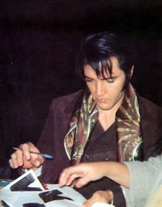 Elvis with fans in december 12 1968 at the gates of his L-A house.