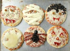 Halloween pizza decorating ideas - try on biscuits, bread dough, english muffins for individual fun fun halloween recipes Halloween Pizza, Soirée Halloween, Halloween Appetizers, Halloween Food For Party, Halloween Treats, Pumpkin Waffles, Family Fresh Meals, Dessert Pizza, Good Pizza