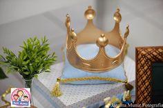 Olha que amor esta Festa do Rei Arthur!!!Apaixonada por tanta fofura.Imagens e decoraçãoPetit Charme.Lindas ideias e muita inspiração.Bjs, Fabíola Teles.Mais ideias lindas e decoração:... Rei Arthur, Royal Prince, Baby Shower, Mickey Mouse, Confetti, Christmas Ornaments, Holiday Decor, Princess Crowns, Lucca