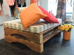 ❤ the Pallets seating idea.Think I'd put wheels on them for portability. THX.
