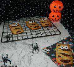I biscotti mummia, sono dei dolcissimi e golosissimi biscotti in pasta frolla farciti di nutella che potete preparare per una festa a tema Halloween.. Halloween, Biscotti, Nutella, Party, Halloween Labels, Spooky Halloween