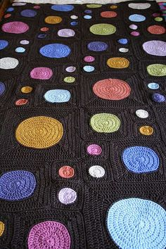 Free crochet granny square pattern available on Ravelry (Lion Brand). Love the way this looks like planets in the night sky. Plaid Au Crochet, Love Crochet, Learn To Crochet, Knit Crochet, Crochet Baby, Headband Crochet, Ravelry Crochet, Crochet Quilt, Crochet Summer