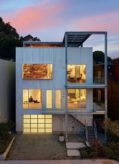 Xiao Yen's house in San Francisco. Small home with exoskeleton structure, solar panels and functionality above all. By Craig Steely Architecture. #inspiration #modernhomes #architecture