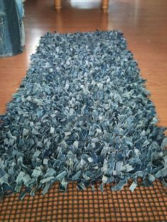 Another denim project; Jeans rug in progress. It's gonna be huge! Now almost on DIY Carpet recycled jeans: denim projects Ecco 20 e + idee creative per riciclare i vecchi JEANS. Artisanats Denim, Denim Rug, Denim Purse, Denim Quilts, Jean Crafts, Denim Crafts, Recycled Sweaters, Recycled Denim, Recycled Clothing