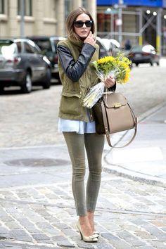 Para llevar la tendencia militar de una manera tan girly como Olivia Palermo, recuerda incluir en tu outfit tus tacones favoritos.