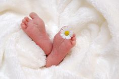 There are delayed cord clamping benefits that your baby NEEDS. If your doctor is eager to get this birth over with your baby is LOSING those benefits and increasing the risk of other harms. Breastfeeding Benefits, Best Baby Blankets, Natural Fertility, Newborn Baby Photography, Baby Birth, Baby Feet, Baby Grows, Getting Pregnant, Second Child