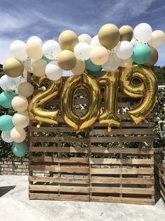 Photo backdrop with balloon garland on a pallet wall for graduation party … Graduation Party Desserts, Outdoor Graduation Parties, Grad Party Decorations, Graduation Party Planning, Graduation Party Decor, Party Centerpieces, Grad Parties, Graduation Ideas, Graduation Backdrops