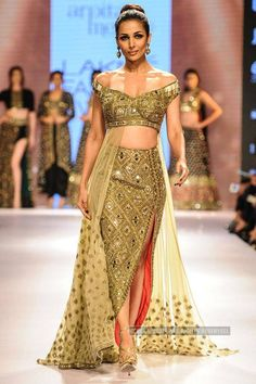 Malaika Arora Khan walks the ramp for Arpita Mehta during the Day 6 of Lakme Fashion Week 2015 (LFW), held in Mumbai. Mehendi Outfits, Indian Bridal Outfits, Indian Designer Outfits, Designer Dresses, Pakistani Dresses, Indian Dresses, New Saree Blouse Designs, Lakme Fashion Week 2015, Indian Attire