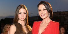 Catherine Zeta-Jones' 17-Year-Old Daughter Carys Stuns In New Pic And Fans Can't Get Over How Much She Looks Like Her Mom! #CarysDouglas, #CatherineZetaJones, #Instagram celebrityinsider.org #Hollywood #celebrityinsider #celebrities #celebrity #celebritynews #rumors #gossip Baby Taylor, Catherine Zeta Jones, Cute Poses, Trend News, Look Alike, Celebrity News, Celebrity Babies, How To Take Photos, How Beautiful