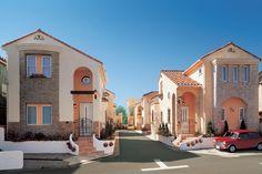 「ラ・ミア・カーサ」の街づくりプロジェクト。南欧の街並みを再現しました。|南欧風住宅・プロヴァンス|アーチ|砂岩|新築|創業以来、神奈川県(秦野・西湘・湘南・藤沢・平塚・茅ヶ崎・鎌倉・逗子地区)を中心に40年、注文住宅で2,000棟の信頼と実績を誇ります|