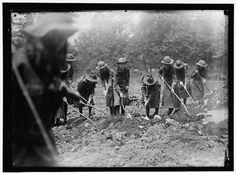 Photo Reprint NATIONAL EMERGENCY WAR GARDENS COM. GIRL SCOUTS GARDENING AT D.A.R. 1917 $7.99