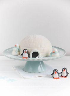Ihr Lieben! Passend zur Jahreszeit haben wir heute eine Iglu-Torte für Euch. Auch wenn sich der Schnee dieses Jahr nur ganz ganz selten sehen lässt und die Temperaturen im Moment eher an Frühling erinnern, gibt es den Winterzauber zumindest auf unseren Blog. Diese mit Fondant überzogene Torte ist mal etwas ganz anderes als wir sonst … Read more...