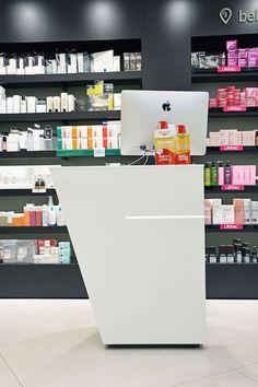 Vista detalle frontal mostrador cosmética Farmacia Ajuntament