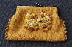 VÅRLI : Strikket pung med broderte roser og perler Perler, Coin Purse, Wallet, Purses, Diy Wallet, Coin Purses, Purse