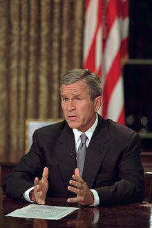 20 h 30 : le président des États-Unis d'Amérique George W. Bush s'adresse au peuple américain depuis le bureau ovale :