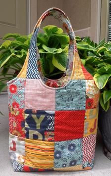 Summer Sac Tote Bag Pattern by Nellie's Needle Patchwork Bags, Quilted Bag, Crazy Patchwork, Patchwork Patterns, Patchwork Designs, Fabric Bags, Fabric Scraps, Fabric Basket, Sewing Projects For Beginners