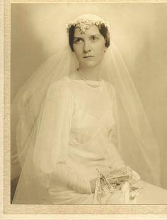 Fantastic 1930s Vintage Wedding photo of beautiful young bride
