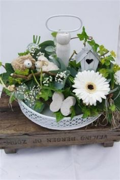Typisch voorjaar. Craft Projects, Projects To Try, Tiered Stand, Spring Is Coming, Arte Floral, Hello Spring, Spring Green, Amazing Flowers, Easter Crafts