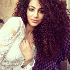 Annie Khalid   Annie Khalid Stunning Looks with Curly Hairstyle - ProFashionism
