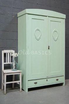 Linnenkast 10203 - Brocante houten linnenkast met een vrolijke groene kleur. Op de deuren zit een sierlijk uitgesneden krans, achter de deuren een hang en leggedeelte. De kast is demontabel.