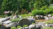 Suomen kaunein piha -ohjelma esittelee ensimmäisessä jaksossa kolme hurmaavaa rinnepihaa. Katso kuvat avausjakson pihoista!