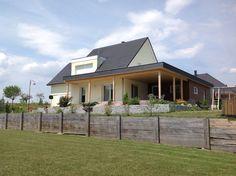 C'est une grande terrasse toit plat toute surface avec une couverture de type membrane PVC, ayant un garage attenant d'une surface d'environ 30.00 m².