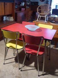 formica tafel + 4 stoelen.
