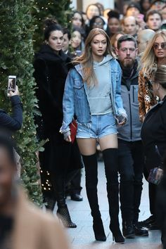 Gigi Hadid street style - Over-the-knee boots paired with all-denim for the daring. Model Street Style, Street Style Looks, Hipster Outfits, Bella Hadid, Style Gigi Hadid, Gigi Hadid Body, Kendall Jenner Gigi Hadid, Shorts Jeans, Short En Jean
