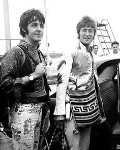 Beatles Paul McCartney and John Lennon in Greece, 1967 Beatles Love, Les Beatles, Beatles Photos, Beatles Funny, Paul Mccartney, Woodstock, Lonely Heart, The Fab Four, John Paul