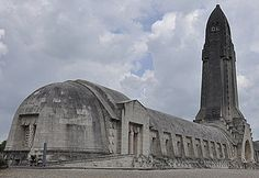 L'ossuaire de Douaumont est un mémorial à la bataille de Verdun qui dura 300 jours et durant lesquels il y eut 230 000 morts. #centenaire