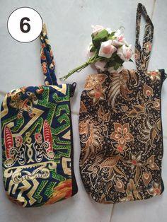Pouch batik yang keren dan unik sangat cocok buat souvenir pernikahan kamu. Bucket Bag, Dan, Pouch, Souvenir, Sachets, Porch, Belly Pouch