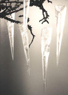 Jääpuikot syntyvät sellofaanista. Leikkaa esim. noin A4-kokoinen arkki  (kokeile eri kokoja, kierrätettykin materiaali käy), aseta se pöydälle ja rullaa jääpuikon (tötterön) muotoon . Teippaa kirkkaalla teipin palalla sivusta.  Käännä leveämmän (yläosan) ylimääräiset reunat tötterön sisäpuolelle. Täytä halutessasi jääpuikot ylimääräisillä sellofaanin kappaleilla (käytä esim. kynää apunasi). Kiinnitä ripustuslanka/-siima sankamaisesti.
