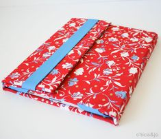 Pick a Pretty Fabric for a Sturdy iPad Cover - Quilting Digest Sewing Projects For Beginners, Sewing Tutorials, Sewing Patterns, Capas Kindle, Cute Wallpapers For Ipad, Stitch Witchery, Poster S, Tablet Cover, Diy Phone Case