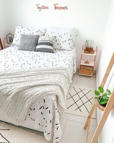 Bedroom Ideas For Small Rooms Women, Small Room Bedroom, Simple Bedroom Decor, Teen Room Decor, Beige Room, Teenage Room, Space Saving Furniture, Aesthetic Room Decor, Fashion Room