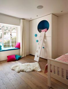 Детские шкафы для одежды: хитрости дизайна и полезные лайфхаки по организации вещей http://happymodern.ru/detskie-shkafy-dlya-odezhdy-45-foto-kakimi-oni-dolzhny-byt/ Необычный шкаф, по которому можно лазать
