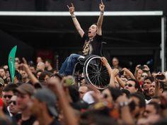Cadeirante é levantado durante show de André Matos no Palco Sunset neste domingo no Rock in Rio
