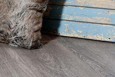 Vi har også lykkes med å lage en mørkere fargetone i værbitt og slitt treverk. Med dette designet er det et av stabburene på den gamle, historiske gården som er inspirasjonskilden. Gulvet er i tillegg med en type overflate som er spesialutviklet for å gi laminaten et enda mer naturtro uttrykk. Denne overflaten kan kjennes, og gir gulvet struktur og dybde langs de visuelle åreringene. Laminatgulvet har en ekstra robust HDF-kjerne som tåler høyere grad av trykk og belastning.