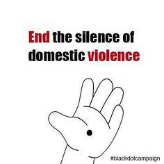 Eine Frau bemalt sich unauffällig die Hand. Du ahnst nicht, warum dann die Polizei auftaucht.