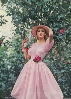 Lois Gunas Wideman, May Vogue 1957 - Best vintage fashion ideas! Take a look and get inspired. Moda Vintage, Vintage Mode, Vintage Pink, Vintage Style, Pink Vintage Dresses, Vintage Woman, 1950s Dresses, Floral Dresses, Vintage Inspired