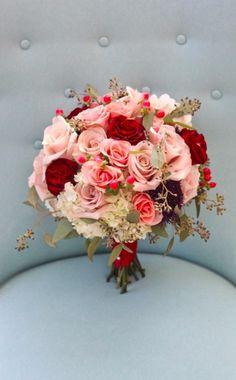 buquet em tons de rosa, vermelho e fúcsia