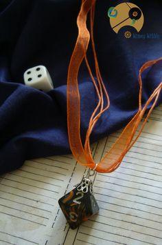 Très joli collier geek avec son beau dé à 8 faces utilisé en jeu de rôles.  A coup sûr, ce collier geek rôliste insolite en charmera plus d'un(e) par son originalité et fera de vous le centre de tous les regards.