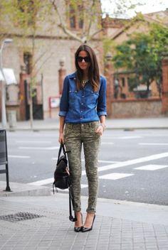 Jeans camouflage e camicia di jeans