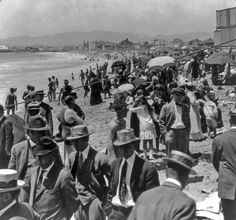 People dressed a lot differently to the beach than they do today. This is a photo of Venice Beach in 1917. #Vintage #LosAngeles