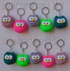 con A de artesanía: Llaveros búhos amigurumi - Crochet Gifts, Cute Crochet, Crochet Baby, Crochet Toys Patterns, Amigurumi Patterns, Knitting Patterns, Crochet Keychain Pattern, Yarn Crafts, Craft Fairs