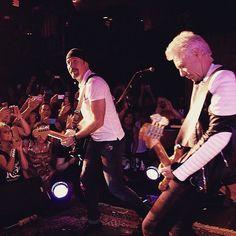 #AdamClayton y #TheEdge anoche en la fiesta de @atu2 #Atu220 #U2 tocando #OutOfControl y #Streets con una banda tributo #NYC #U2ieTour vía @U2